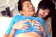 デカ乳輪の垂れ乳七十路熟女のお婆ちゃんが童貞くんを筆おろし!