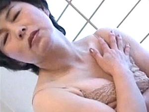 【tokyoporn】高齢熟女母が息子と近親相姦エッチでアヘ顔絶叫!ベージュのスリップ姿が激エロ!石倉久子