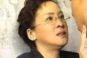 高齢熟女は息子友人と息子の部屋で濃厚ファック!メガネとスリップ姿がエロいスケベ熟女!松田優子