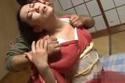 和服姿の高齢熟女がガンガン突かれ黒乳首の垂れ乳揺らし大絶叫!