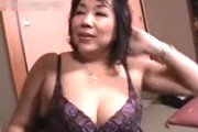 「童貞お母さんが奪っちゃおうかな〜」垂れ爆乳の高齢熟女母が息子の童貞筆おろし!絹田美津