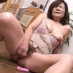 ボディスーツ姿の還暦熟女母が息子の前でデカ乳輪の垂れ乳晒しローターオナニー!小谷美智子