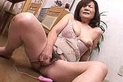 ボディスーツ姿の還暦熟女母が息子の前でデカ乳輪垂れ乳晒しローターオナニー!