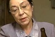 七十路熟女妻が精力薬を飲んだ夫にベロチューされまくりで突かれ中出し夫婦生活![ヘンリー塚本]三田涼子