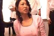 還暦熟女母が不倫相手の担任教師に命令され息子の同級生に連続顔射ぶっかけ汚される!里中亜矢子