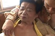 角刈り七十路高齢熟女が3Pエッチでアヘ顔アクメ!川崎ゆうこ