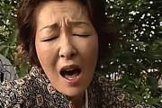 「早く壊して〜」着物姿の還暦熟女が神社で不倫相手に立ちバックで突かれ狂ったようにヨガリ鳴き!小川真実