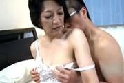 清楚な還暦熟女の母親は息子とアナル相姦関係!2穴同時でヨガリ鳴き!染谷京香