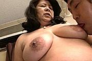 黒乳首でデカ乳輪の熟女母が再婚相手の肉棒を根元まで咥え込みフェラ抜き!田中ますみ