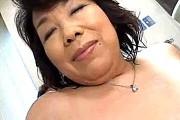 豊満で爆乳の熟女母が息子と混浴してフェラ抜き!絹田美津
