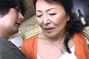 厳しい教育ママの還暦熟女母が息子に高速手マンされ腰砕け!松岡貴美子