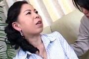 ピンク乳首の巨乳熟女母が息子の童貞筆下ろしでアヘ顔絶叫オーガズム!湯沢多喜子