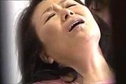 還暦熟女母が夫に覗かれながら息子の愛撫で絶叫しフェラ抜きザーメンごっくん!松岡貴美子