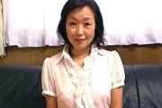 欲求不満の熟女妻が高速手マンで大量潮吹きお漏らし!立川由美子