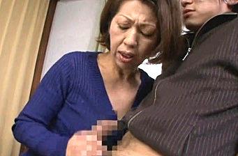 若い肉棒に狂ったエロ熟女が息子にレイプされアヘ顔大絶叫!岡崎花江