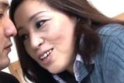 エロ顔肉食熟女が息子の同級生を誘惑してフェラ抜き!石原よしえ