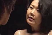 夫の命令で童貞息子を筆下ろしするデカ乳輪の熟女母!手塚真由美