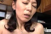 童貞の若い男に発情した欲求不満の美人おばさんは黒乳首の垂れ乳熟女!徳井泰子