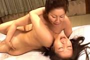 豊満熟女の母親が嫁ぐ娘をレズ調教する変態家族!岩崎千鶴
