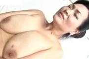 垂れ乳の超爆乳人妻とプールサイドで青姦中出しエッチ!