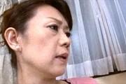 スレンダーで貧乳熟女の母親は敏感体質で息子に責められ大絶叫!白鳥聖子