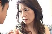 エロケバい継母が童貞息子に激ピストンされアヘ顔大絶叫!黒崎ヒトミ
