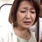 電車の中で痴漢されフェラ抜きするピンク乳首の五十路おばさん!野宮陽子