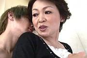 小柄で細身の五十路熟女が息子の巨根でエロ可愛く鳴きまくり!高田典子