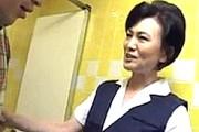 会社のトイレで若い男性を痴女って絶叫するドスケベ熟女OL!青木りかこ