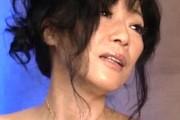ポッチ乳首の巨乳熟女が指ズボで激しくオナニーオーガズム