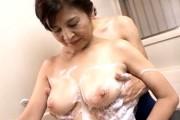 ピンク乳首の巨乳還暦熟女が若い男を風呂場で手コキ抜き!美幸