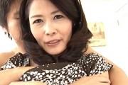 上品な五十路熟女が初撮りで若い男と3Pエッチで大絶叫オーガズム!井川香澄