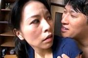 細身熟女が夫の側でデカマラ息子に寝取られザーメンごっくん!井上綾子