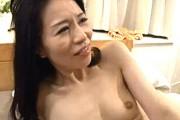 「いっぱい頂戴〜」激ピストンされアヘ顔で中出しされる貧乳人妻!井上綾子