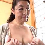 還暦熟女のメガネ家庭教師がボディスーツ下着姿で男子生徒の童貞奪う!初島静香