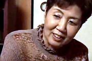 還暦熟女の母親が若い女に騙された息子を慰め酒焼け声で喘ぐ近親相姦
