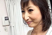 肉食美魔女が近所の男の子を痴女って中出しエッチ!湯川美智子