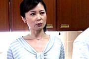 息子の同級生の激しいセックスに理性を失い大絶叫する美熟女!三井茜
