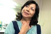欲求不満の還暦熟女が夫の隣で若いイケメン男子に寝取られ中出しエッチ!和久井由美子