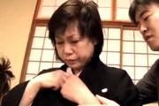 喪服姿でマジ泣きする還暦祖母が孫の手マンで失神寸前オーガズム!日野麻理子
