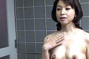 セックスの快感を忘れた美魔女のお風呂場オナニー!神崎久美