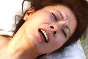 若い肉棒の激しいピストンに大絶叫する肉食五十路熟女!岩崎千鶴