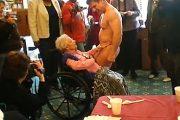 女子会に現れたストリッパーにチップを渡す90歳お婆ちゃん!