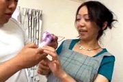 昼下がりに訪ねて来た業者と浮気エッチする専業主婦の団地妻!瀬戸志乃