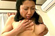 夫の部下に突かれながら乳首舐めをする淫乱な浮気妻がアヘ顔大絶叫!柳留美子