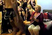 女子会に呼んだストリッパーに大興奮のブロンド還暦熟女たち