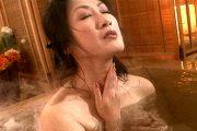 旅先で知り合った若い男に風呂場で激しく突かれ顔射悶絶する人妻!藤沢芳恵2