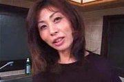 若い男を言葉責めして生理中のオマンコを舐めさせる肉食熟女!吉沢麻紀