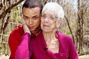 91歳の白髪お婆ちゃんとディープキスする31歳の年下彼氏