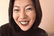 出っ歯と歯茎がエロい奥様が激しいピストンに大絶叫!佐藤美奈子